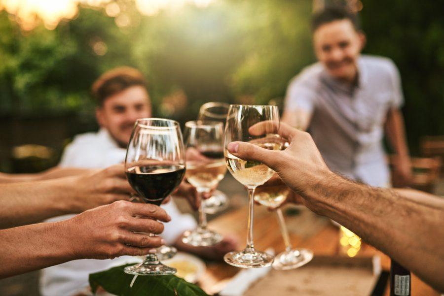 Brindar com vinho? Descubra a origem do ato de brindar!