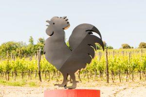 Estatua do Gallo Nero em frente aos vinhedos de Chianti