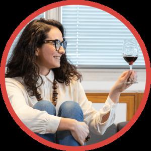 Foto da sommeliere Jessica Marinzeck segurando uma taça de vinho tinto