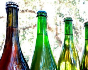 Parte superior de três garrafas Pét-Nat