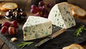 Imagem com dois pedaços de queijo azul
