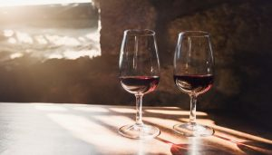 Duas taças de vinho do porto em frente a uma janela