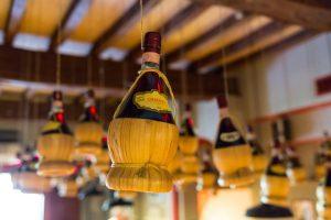 Garrafas de Chianti penduradas no teto
